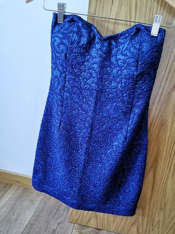 Vestido azul, justo e curto.