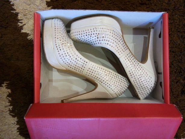 Нарядные белые туфли на свадьбу или выпускной