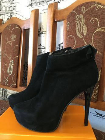 Продам замшевые ботинки демисезонные на каблуке