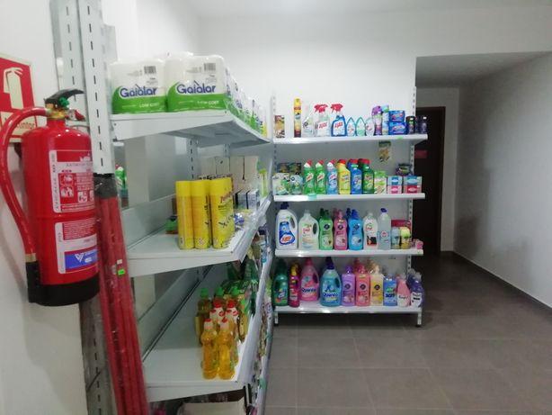Prateleiras de supermercado ou minimercado em muito bom estado