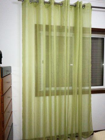 Cortinados verdes de quarto