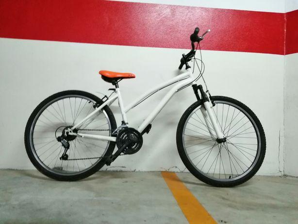 Bicicleta de montanha branca usada
