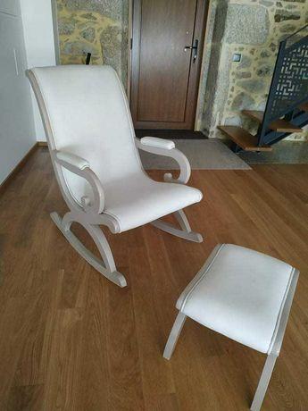 Cadeira de baloiço Nova,com banco de apoio para pés.