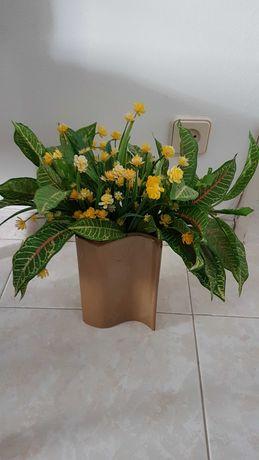 Vaso com flores decorativo
