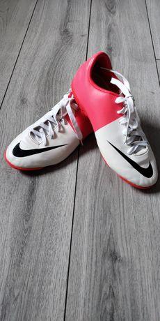 Бутсы сороконожки Nike