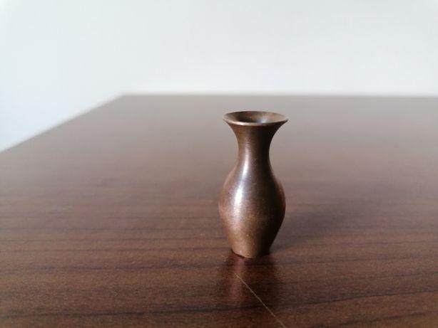 Miniaturowy wazon z brązu