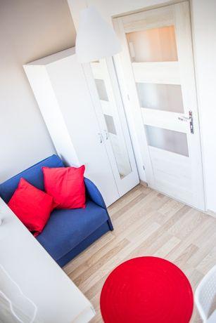 Przytulny pokój jednoosobowy idealny dla studenta.
