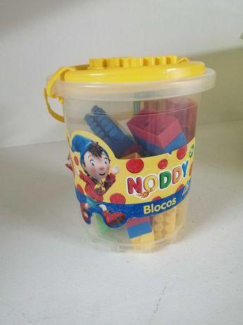 Caixa com blocos da Legos do Noddy
