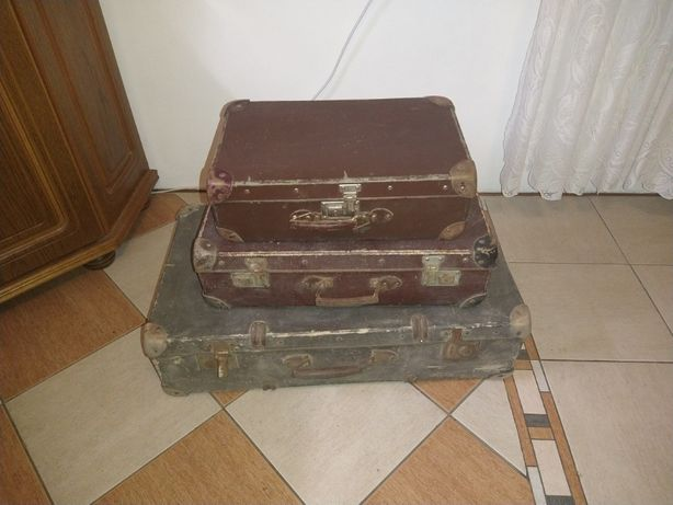 Zestaw trzech starych walizek