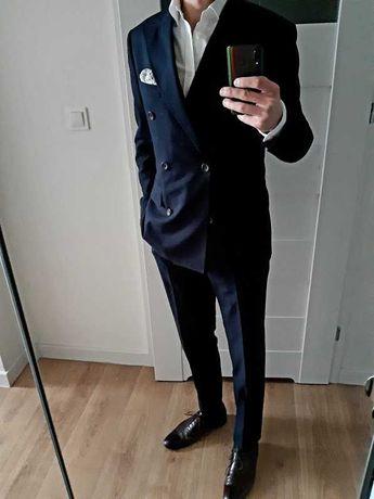 Ciemnogranatowy garnitur dwurzędowy