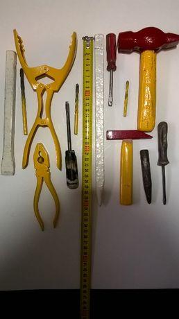 2 молотки, 3 сверла, 3 викрутки, пласкогупці, щипці великі, зубило, 2