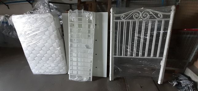 Cama de bebe em ferro branco  completa.