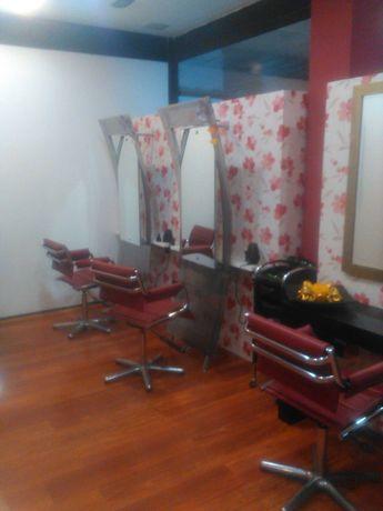 Bancadas de espelhos e cadeiras para cabeleireiro