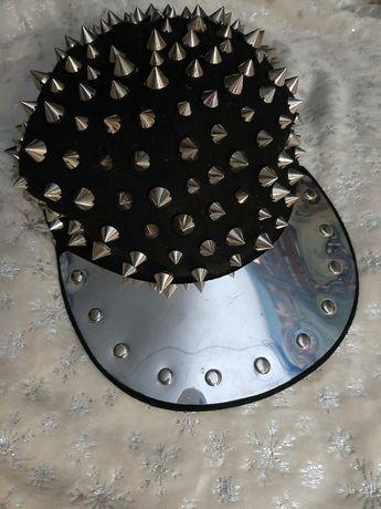 Czapka z metalowym daszkiem i ćwiekami