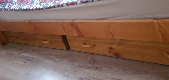 Łóżko z materacem i dwoma pojemnymi pojemnikami