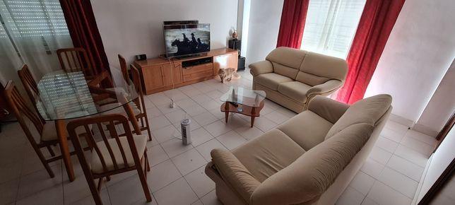 Mesa jantar, sofás, cristaleira e aparador