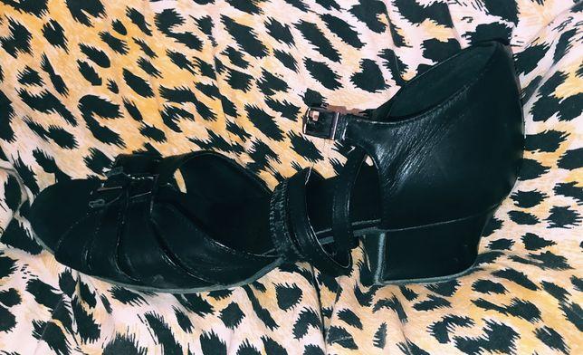 Бальные туфли чорные размер 21,5 очень класные берите пока есть