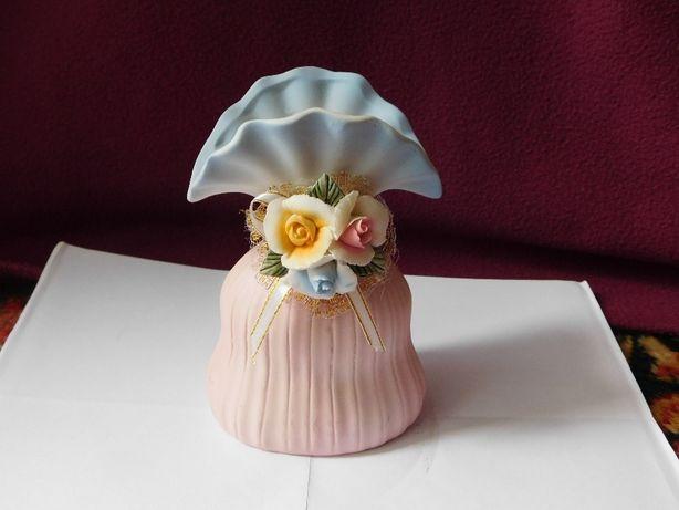ceramiczny wazonik z kwiatami