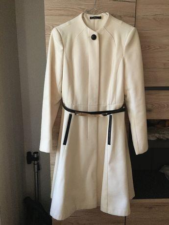 Пальто суконное белое стильное на поясе. Снизила цену