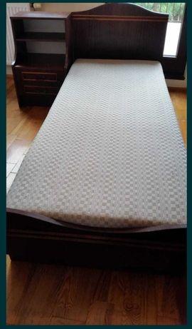 Sprzedam dwa łóżka z materacami i dwoma szafkami nocnymi.
