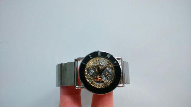 Nowy zegarek na rękę widocznym mechanizmem