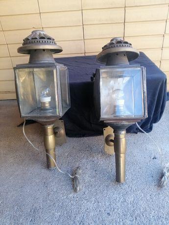 Dois Candeeiros de carruagem antigos, foram adaptados para candeeiros.