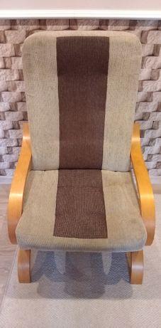 Fotel na drewnianych nogach