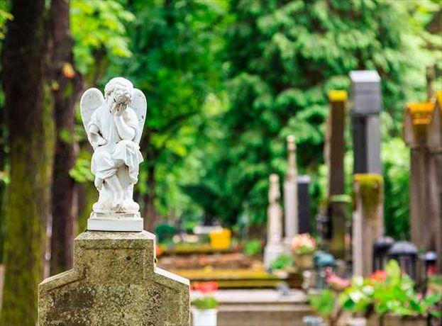 Уборка могил на кладбище.Прибирання могил. Догляд за могилами.