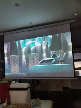 Ekran elektryczny do projektora z pilotem