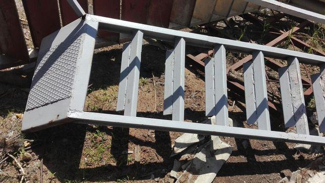 2 Escadas em ferro.