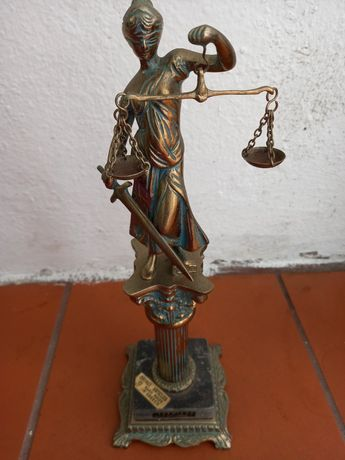 Estatua de themis em bronze