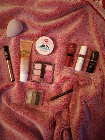 Zestaw kosmetyków do makijażu pomadka baza cienie paletka