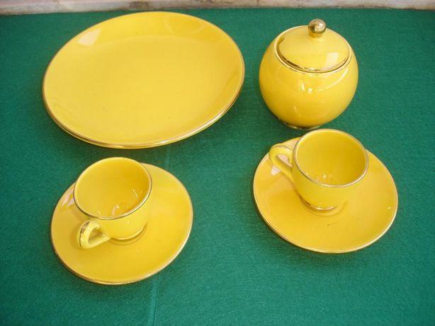 Serviço de chá em porcelana amarela com filete dourado