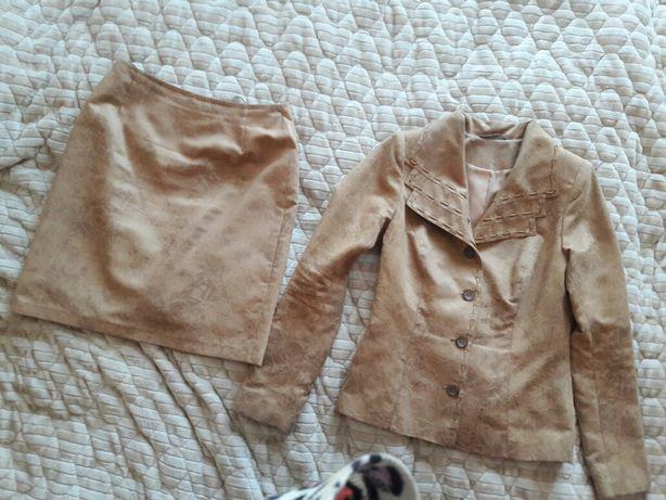 Костюм: пиджак и юбка темно-бежевого цвета. Размер 46.