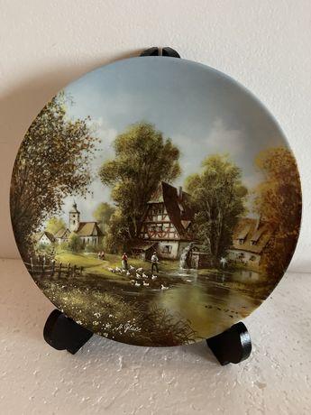 Винтаж: коллекция настенных фарфоровых тарелок.