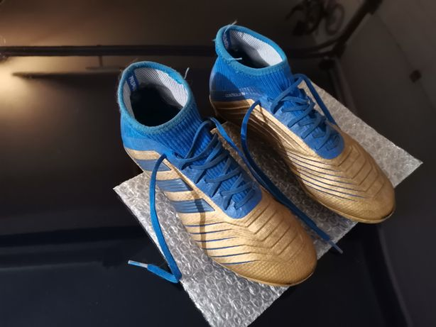 Chuteiras azuis e douradas