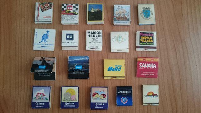 Várias carteiras e caixas de fósforos antigas
