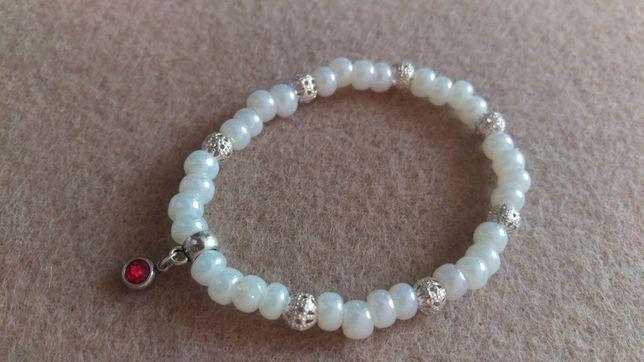Biała bransoletka  na gumce zawieszka handmade