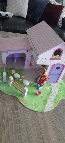 Drewniany domek dla lalek, ruchome drzwi, uroczy