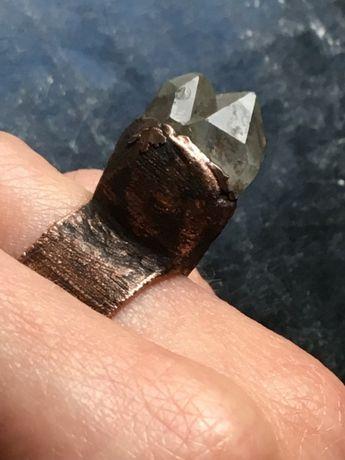 Pierścionek z kryształem górskim r.15