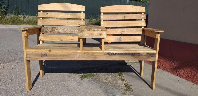 Banco de jardim feito com madeira de paletes