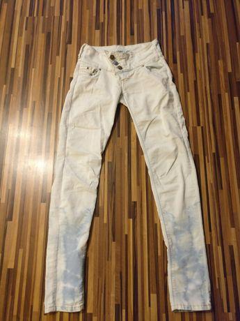 Białe jeansy z marmurowymi nogawkami 36