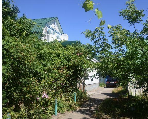 Двухэтажный кирпичный дом в центре города Узин