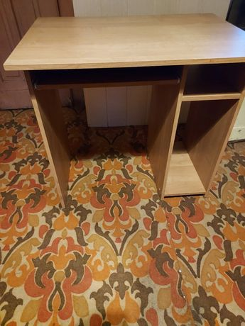 Male biurko pod komputer