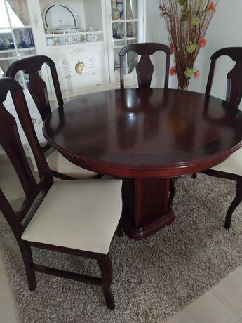 Sala de jantar e cadeiras.