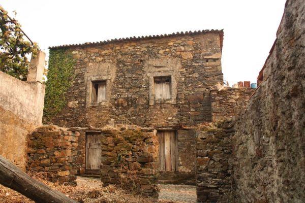 Casa rustica em pedra localizada em aldeia
