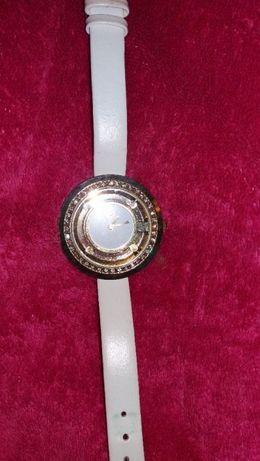 zegarek zloty, biały pasek