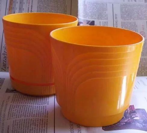 trzy żółte doniczki na kwiaty doniczkowe doniczka plastikowa podstawki