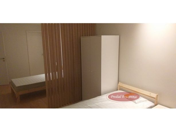 Quarto suite com 2 camas de solteiro e ar condicionado.