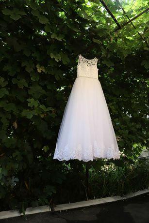 Весільна білого кольору сукня